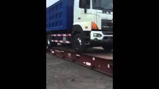 Hino700 loading to flat rack container