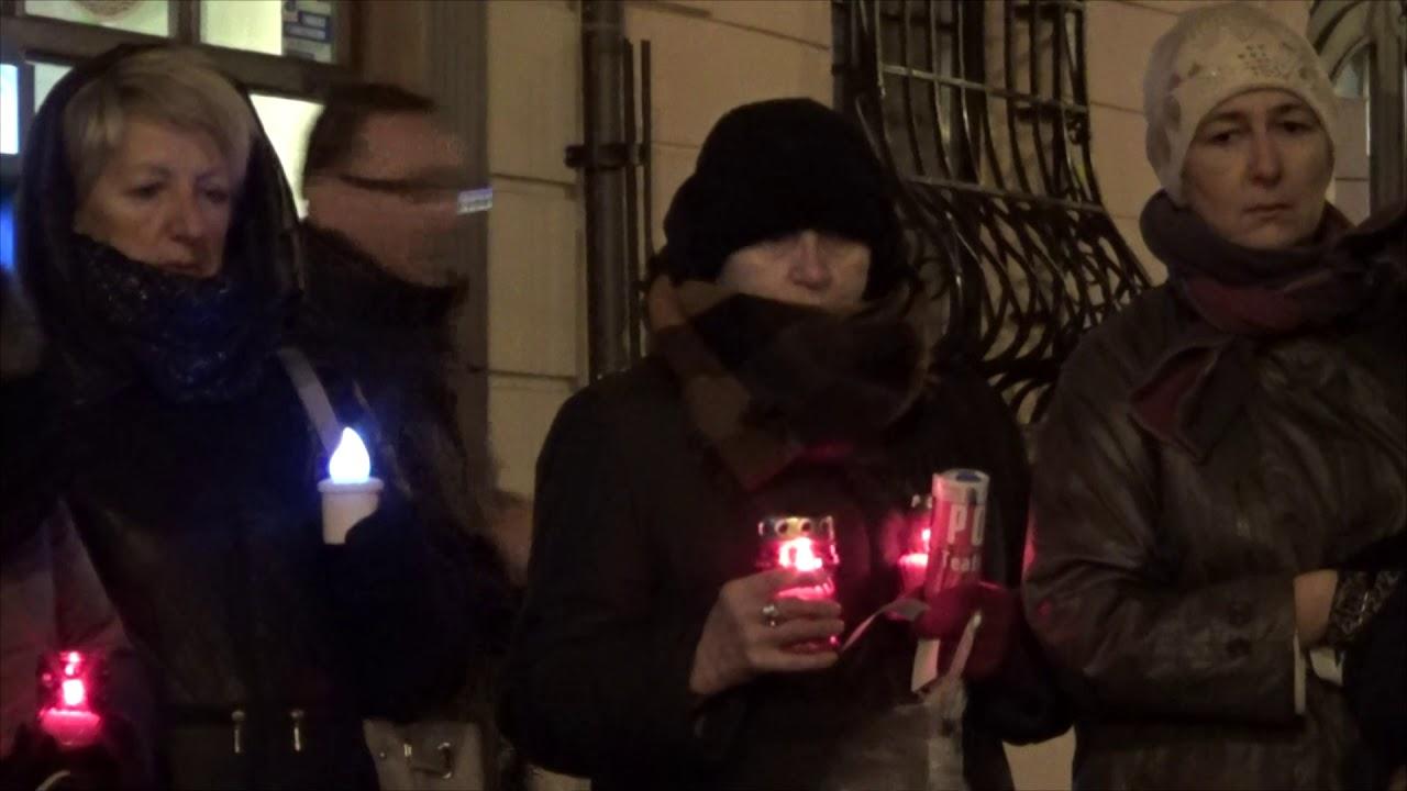 Zapalili znicze dla Piotra S. przed biurami PiS w Lublinie