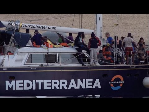 Migrant ship disembarks in Italy despite Salvini ban
