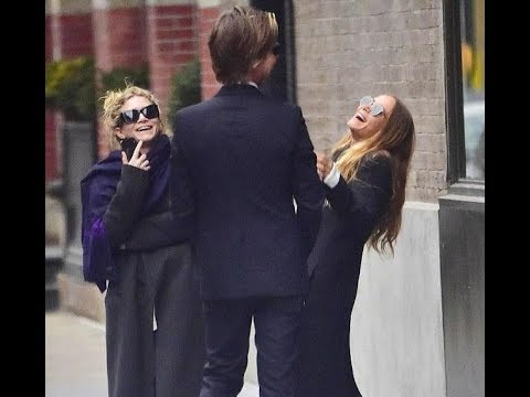 Mary Kate And Ashley Olsen Share A Laugh As They Chat With A Pal