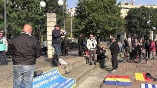 No Green Pass, il confuso corteo a Milano: nervosismo per i volantini fascisti e tra i due cortei