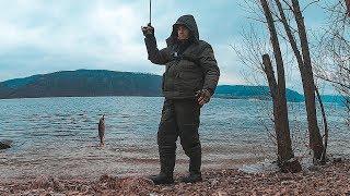 Спиннинг в лёд! Окунь жрёт! Зимняя рыбалка на хищника. Ловля окуня.