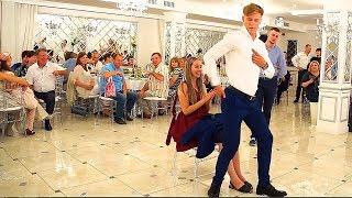 Танец свидетеля на свадьбе с элементами стриптиза перед свидетельницей