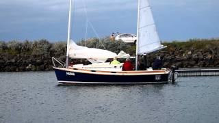"Norwalk Islands Sharpie NIS 23 cat ketch ""Route 66"" - disembarking from dock"