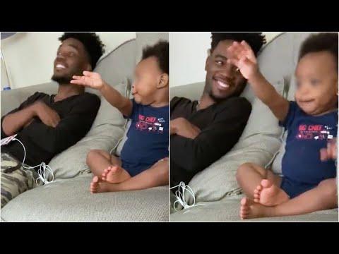 Papà gli parla e il bimbo di 18 mesi risponde così: la tenera 'conversazione' davanti alla tv