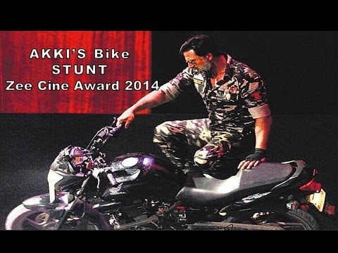 Akshay Kumar's Breath Taking Bike Stunt | Zee Cine Awards 2014