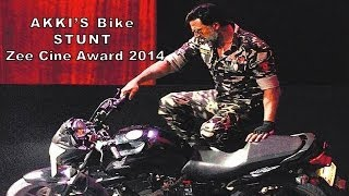 Video Akshay Kumar's Breath Taking Bike Stunt | Zee Cine Awards 2014 download MP3, 3GP, MP4, WEBM, AVI, FLV April 2018