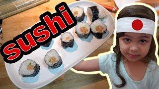 Clara Vai à Cozinha e Aprende a Fazer Comida Japonesa Brincando com Papai
