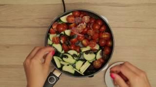 Czarny makaron z cukinią, pomidorami, oliwkami, szynką sorrano i chorizo