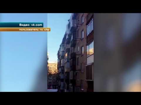 В Москве слишком усердные коммунальщики обрушили огромную льдину прямо на припаркованный автомобиль