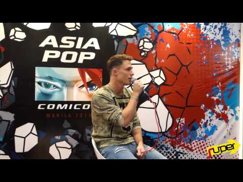 Colton Haynes sings with reporter at Asiapop Comicon Manila 2015