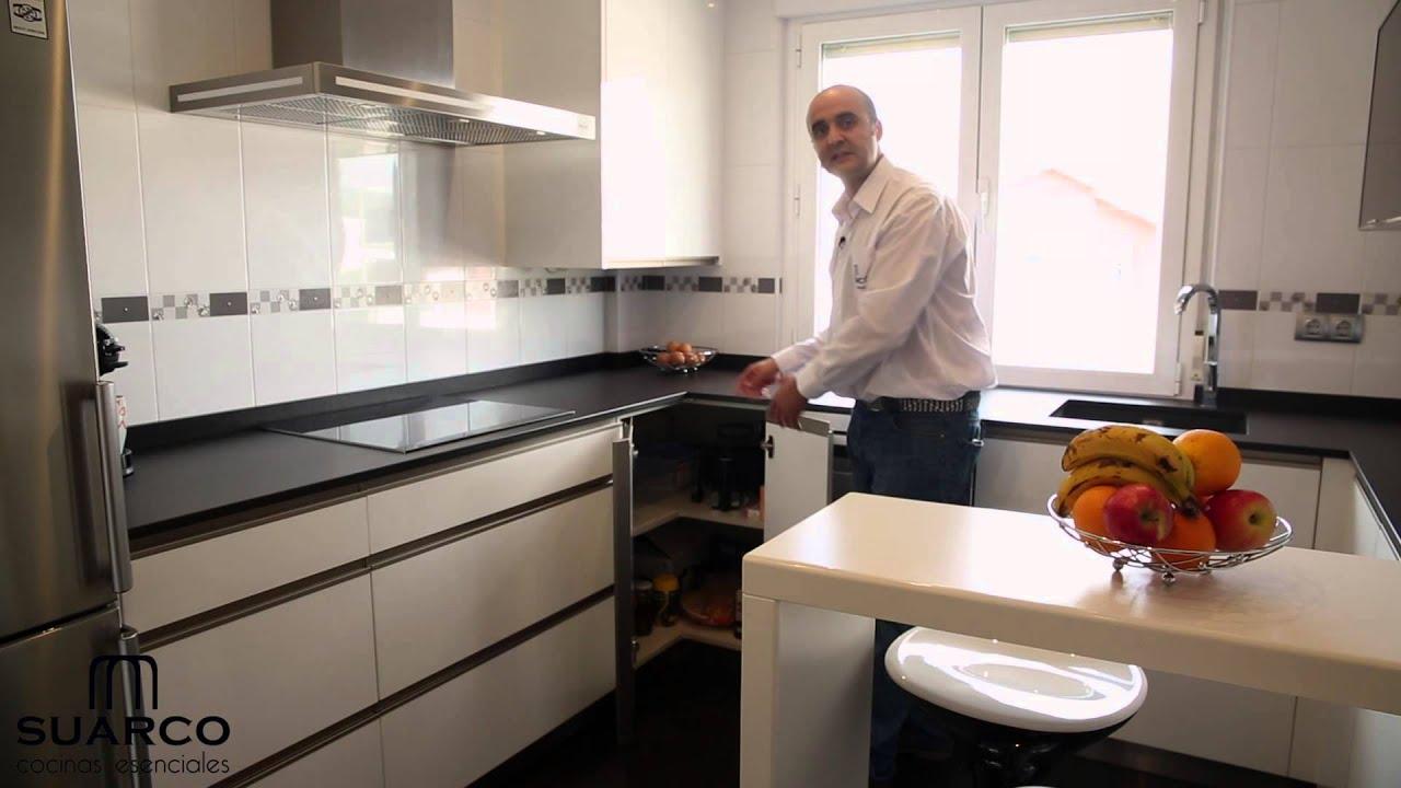 Video cocinas blancas modernas sin tiradores con encimera y barra en ...
