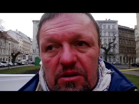 Fülei-Szántó András tiltakozása az NGM előtt