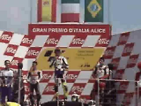 Valentino Rossi canta l'inno italiano al Mugello (2007)