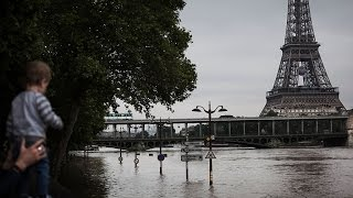 فرنسا تعد بإرسال مساعدات لضحايا الفيضانات مع انحسار المياه