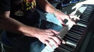 Яков Цвиркунов берёт уроки игры на рояле
