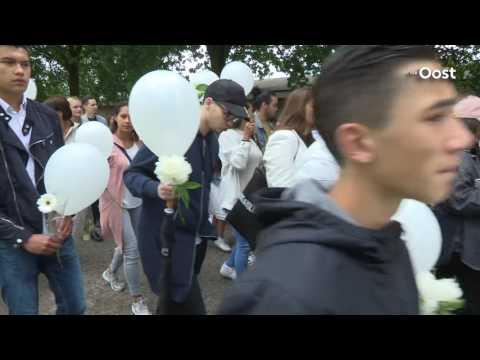 Honderden mensen lopen in Almelo stille tocht voor overleden Talitha van Limbeek