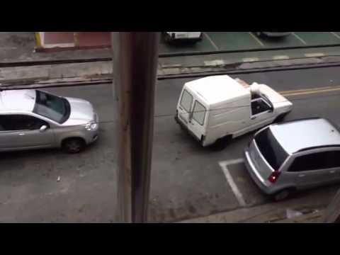Vendedor de peixe xingando pelo auto falante do carro