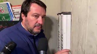 """Salvini citofona a casa di un tunisino: """"Lei spaccia?"""""""