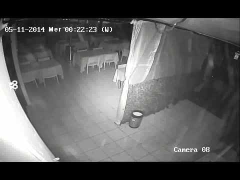 Danneggiata la vetrina di una pizzeria di Veniano (CO). - YouTube