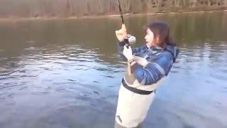 Приколы на рыбалке | Девушка на рыбалке