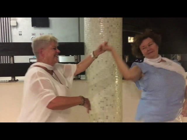 Christiane et Carole pratiquent le chacha