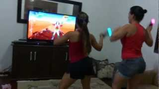 Renata e Thaís dançando (Just Dance 4- PS3).