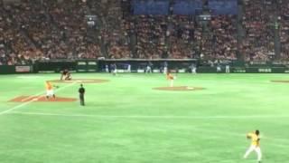 大竹寛投手の投球練習です。 ライト外野からです。