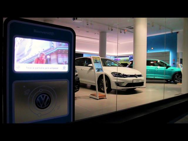 VINILE® en Volkswagen (escaparate táctil): Pantalla en concesionario Volkswagen (c/Capitan Haya 35).