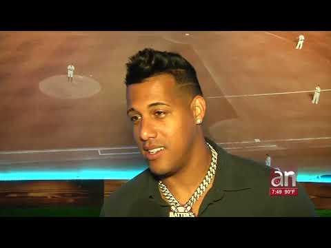 El pelotero cubano Yunel Escobar inaugura local de entretenimiento para los fanáticos del beisbol