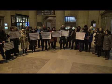Видео: ФлешмобХотят ли русские войны. Вокзал.Do Russians Want War Flash Mob at Union Station. Toronto
