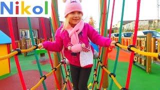 Николь играет на классной детской площадке !