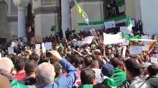 Des milliers de manifestants à la Grande Poste