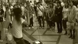 JR桜木町駅でストリートライブをよくやっている 「kaede」さんです。 「コトノハ」というバラードです! ご本人ブログ http://ameblo.jp/kaede-poco/
