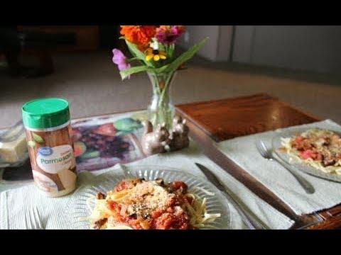 An Iowa Mom Makes Spaghetti Sauce from Scratch