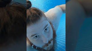 Unge testet neues Smartphone im Pool - Vlog 4 | #hochformat