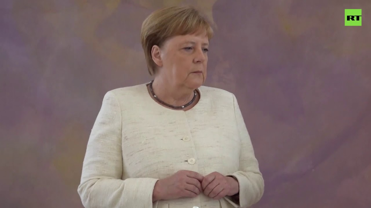 Merkel shakes AGAIN during official ceremony