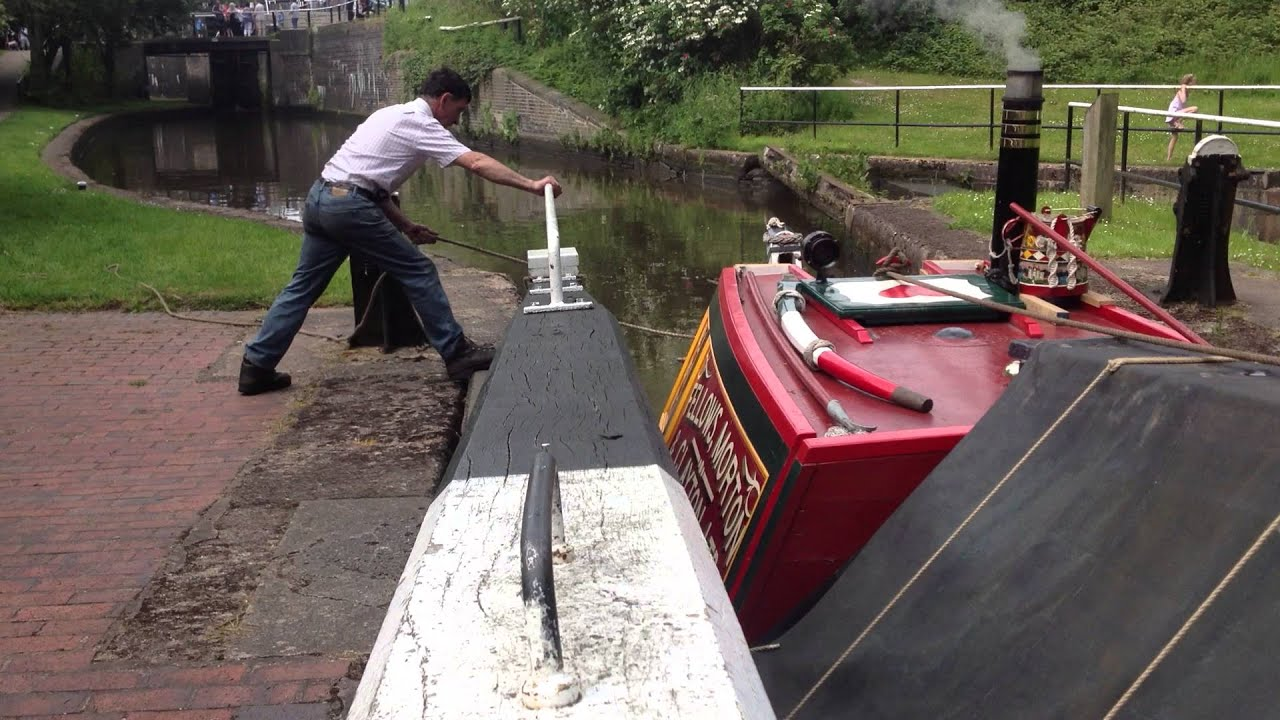 foto de Strapping Loaded Horse Boat into a lock - YouTube