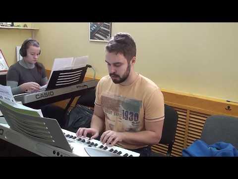 Первый урок фортепиано - Ёлочка двумя руками (играет Юрий)