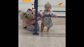 小さな女の子が義足を装着 はじめの一歩を踏み出す