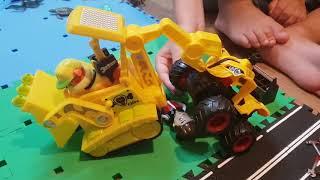 Игрушки Щенячий Патруль. Мальчик построил Бухту приключений и играет в Эваполис дома.