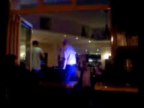il chante juste faux !!!! Truuuust antisoooocial !!!!! karaoke !!