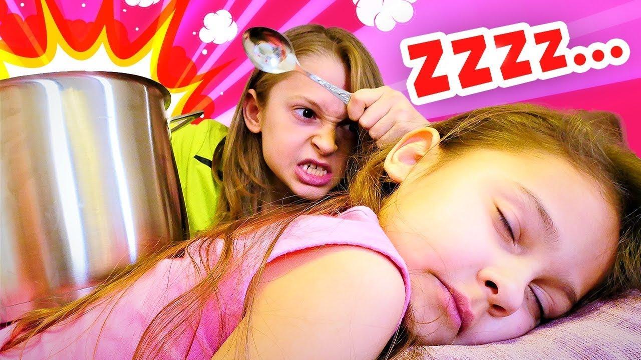 Download Selín molesta a su hermano. Vídeos divertidos de Selín y su hermano. Aventuras de niños.