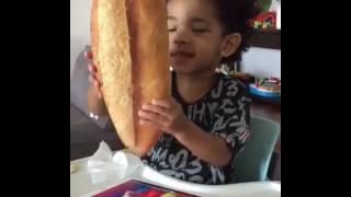 Atiba'nın Oğlu Noah Kocaman Ekmek İstiyorum