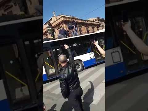 PALERMO: Extracomunitario blocca un autobus in piazza Verdi e si siede sul tetto
