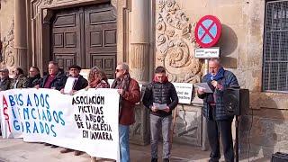 Víctimas de abusos en la Iglesia protestan frente al Arzobispado de Pamplona