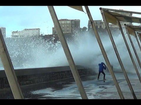 Images spectaculaires des grandes marées à Biarritz - février 2015