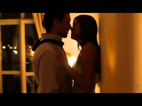 Видео как мужчина нежно ласкает женщину