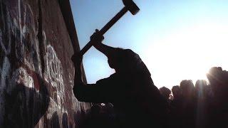 Падение Берлинской стены Фоторепортажи(13 августа 1961 года Восточная Германия возвела стену — сначала из колючей проволоки, потом из бетона — в..., 2014-11-12T13:34:32.000Z)