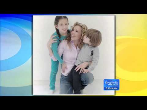 """Thalia compartió una foto con sus hijos (""""Despierta America"""" - 07.05.2015)"""